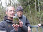 Exkursionsleiter Andreas Beiser schärfte den Blick für die Schätze (z.B. Süßwasserpolypen) der Gießen.