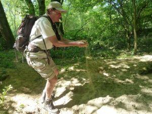Exkursionsleiterin Anne Puchta ist begeistert von den Sedimentablagerungen der Leiblach im angrenzenden Auwald.