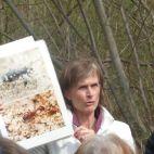 Exkursionsleiterin Monika Gstöhl informiert über Tiere in der Au