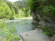 Fast schon kitschig dieser Mäander mit Felshöhle bei der Einmündung des Rickenbachs in die Ach.