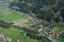 Auwaldreste an der Ill im Bereich Zelfen (linksufrig Gemeinde Tschagguns, rechtsufrig Gemeinde Schruns), Quelle: Schrägluftbild 2009, Land Vorarlberg.