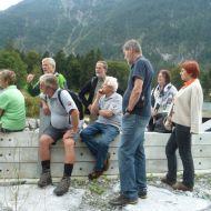 Angeregte Diskussion über das geplante Auf Stock setzen der Ufergehölze entlang der Ill.